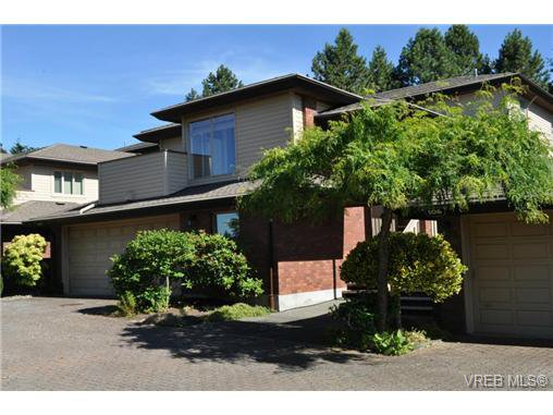 Main Photo: 105 2345 Cedar Hill Cross Rd in VICTORIA: OB Henderson Row/Townhouse for sale (Oak Bay)  : MLS®# 676189
