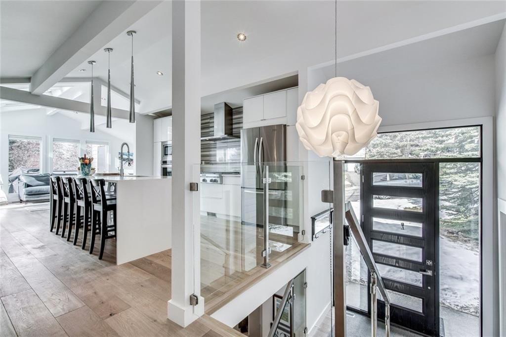 Photo 2: Photos: 2747 Chalice Road NW in Calgary: Charleswood Detached for sale : MLS®# A1043648