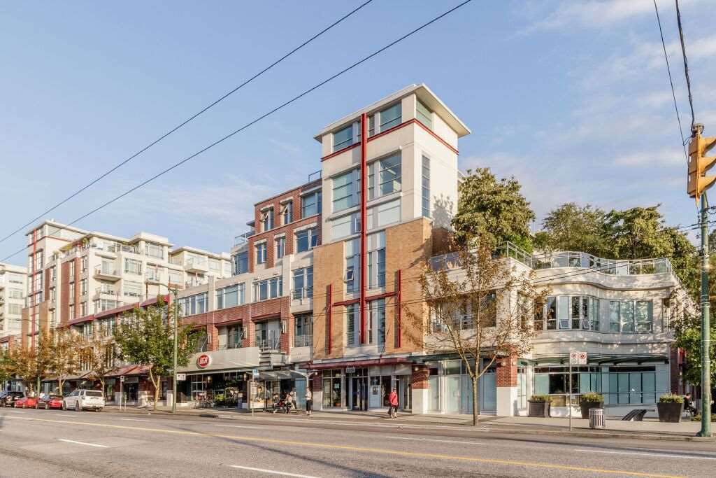 "Main Photo: 331 2288 W BROADWAY Avenue in Vancouver: Kitsilano Condo for sale in ""THE VINE"" (Vancouver West)  : MLS®# R2421744"