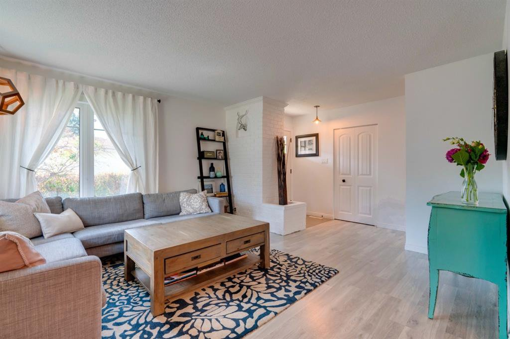 Main Photo: 4819 VANGUARD Road NW in Calgary: Varsity Detached for sale : MLS®# A1029340
