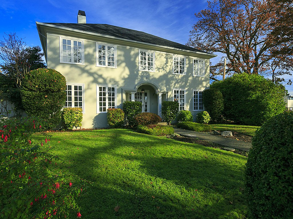 Main Photo: 1710 Beach Drive in Victoria: OB North Oak Bay House for sale (Oak Bay)  : MLS®# 371619