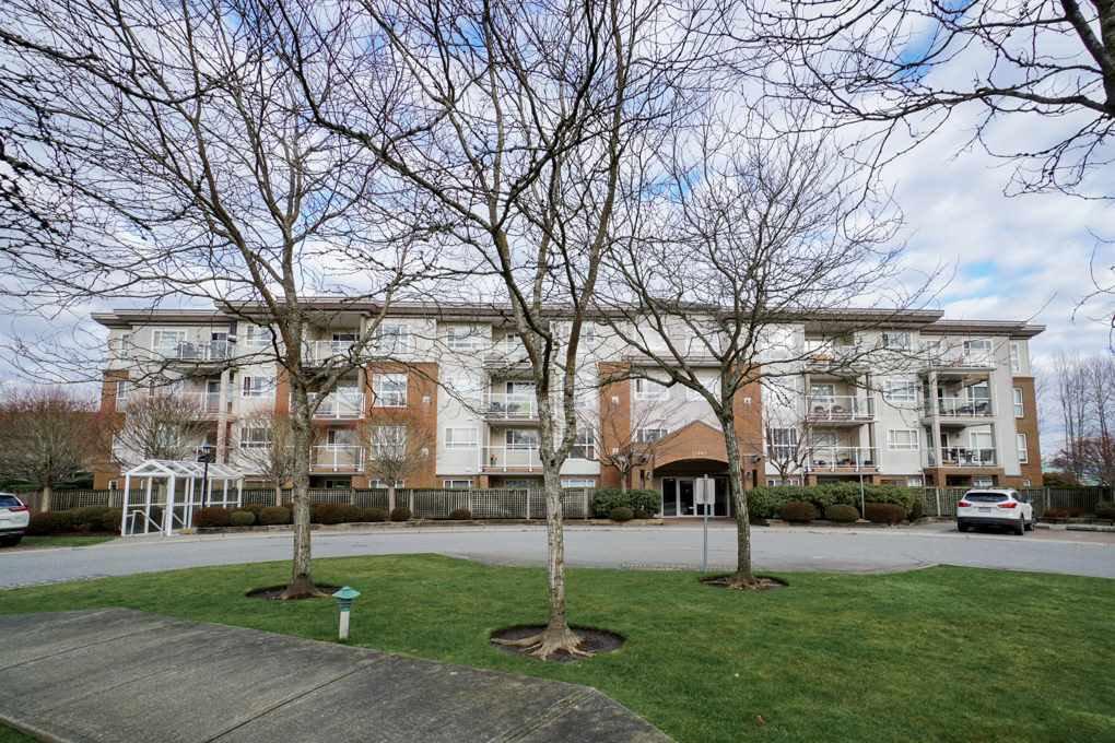 Main Photo: 402 15885 84 AVENUE in Surrey: Fleetwood Tynehead Condo for sale : MLS®# R2334169