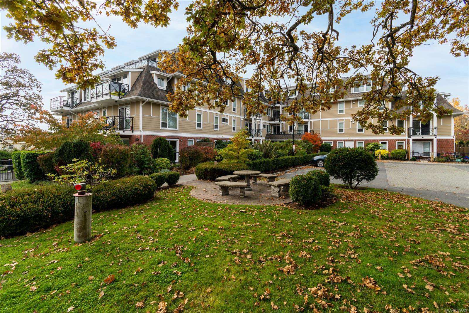 Main Photo: 105 4536 Viewmont Ave in : SW Royal Oak Condo for sale (Saanich West)  : MLS®# 859609