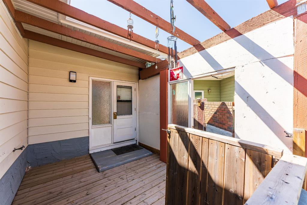 Photo 4: Photos: 534 QUEENSLAND Place SE in Calgary: Queensland Semi Detached for sale : MLS®# A1020359