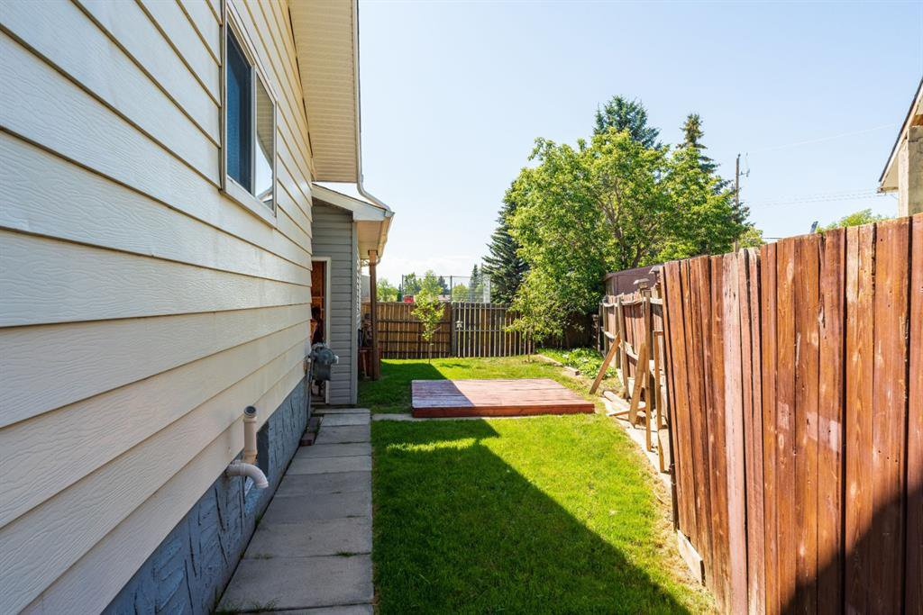 Photo 30: Photos: 534 QUEENSLAND Place SE in Calgary: Queensland Semi Detached for sale : MLS®# A1020359