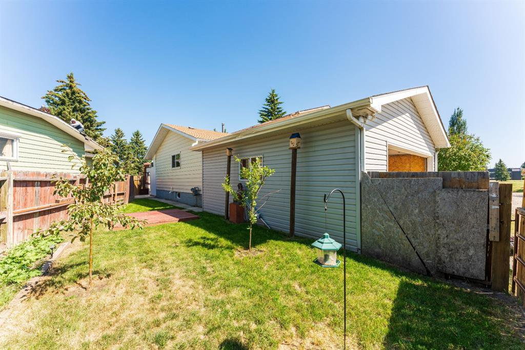 Photo 29: Photos: 534 QUEENSLAND Place SE in Calgary: Queensland Semi Detached for sale : MLS®# A1020359