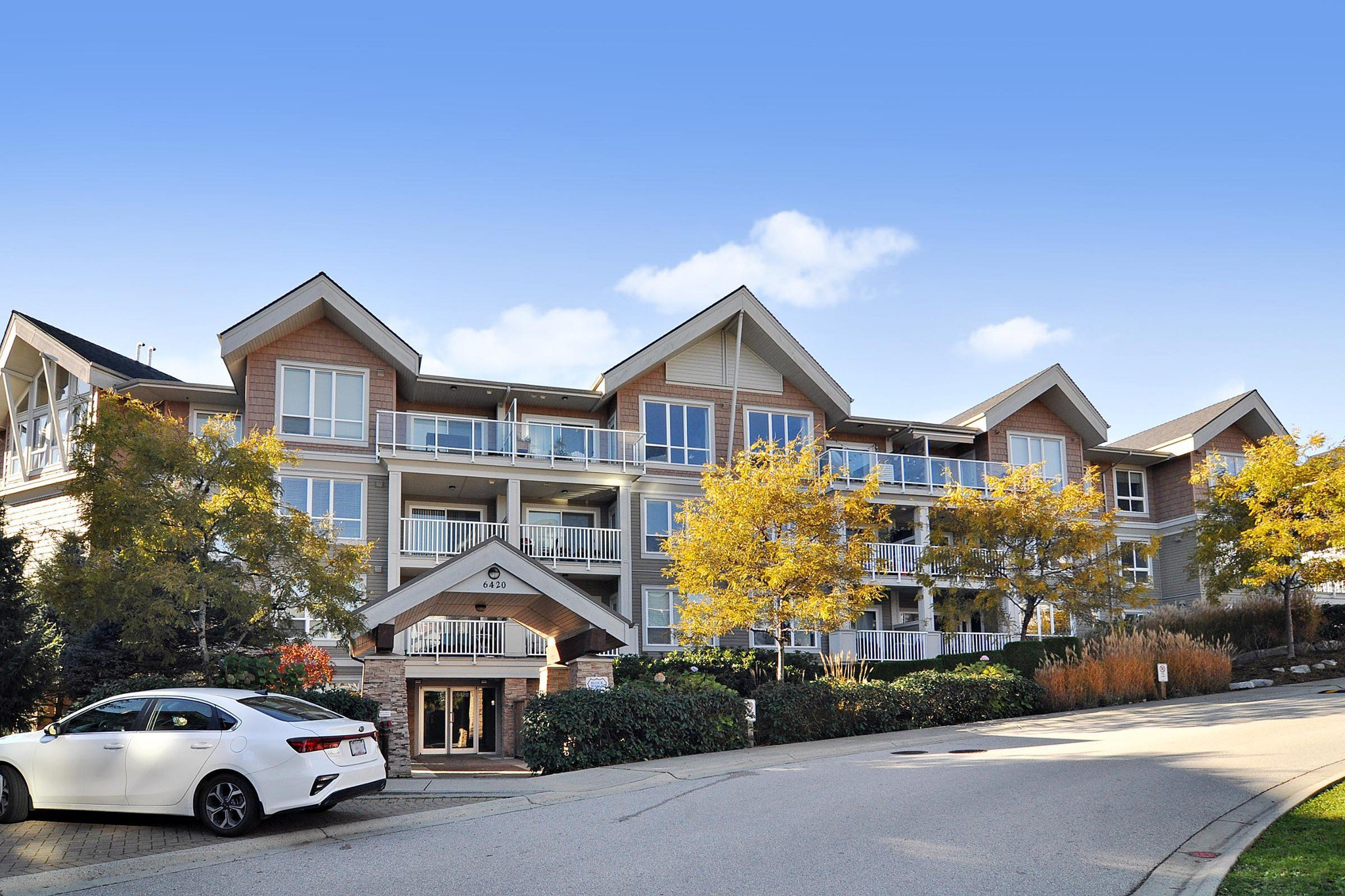 """Main Photo: 103 6420 194 Street in Surrey: Cloverdale BC Condo for sale in """"WATERSTONE"""" (Cloverdale)  : MLS®# R2508915"""