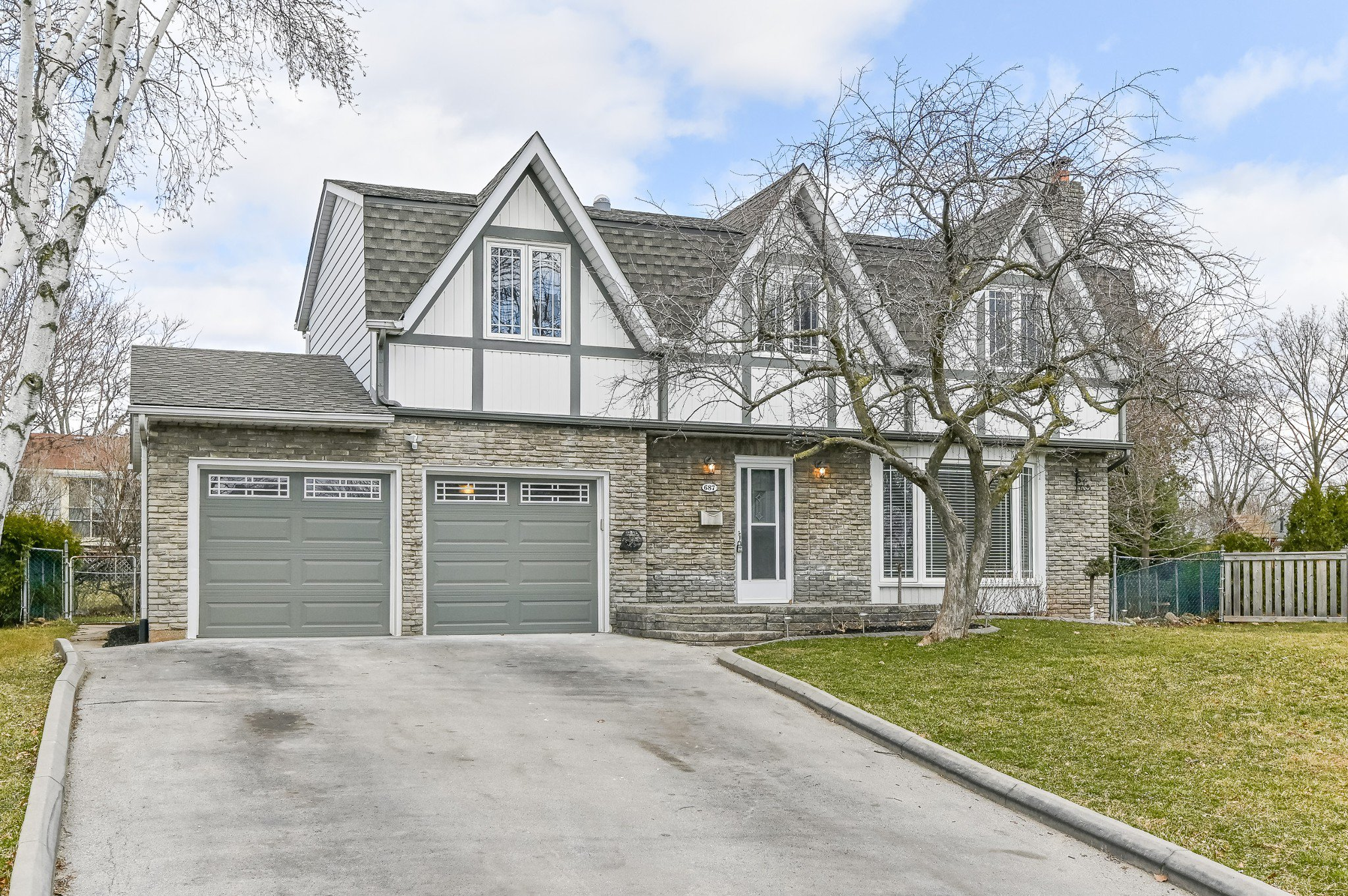Main Photo: 687 Demaris Court in Burlington: House for sale : MLS®# H4052206