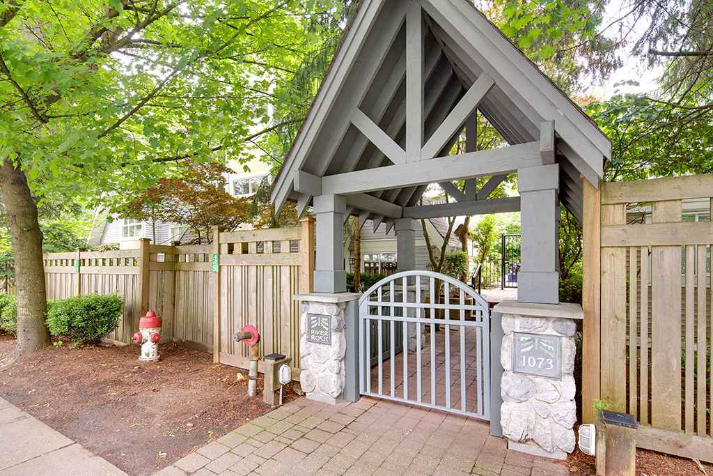 Main Photo: 4 1073 LYNN VALLEY Road in North Vancouver: Lynn Valley Condo for sale : MLS®# R2468395