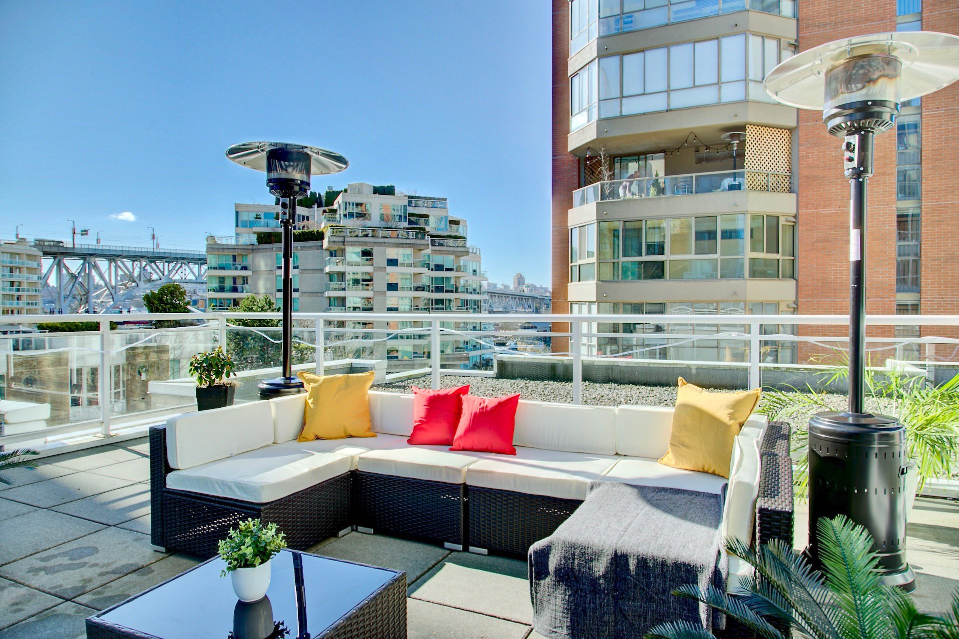 Main Photo: 910 Beach Ave in Vancouver: Condo for lease