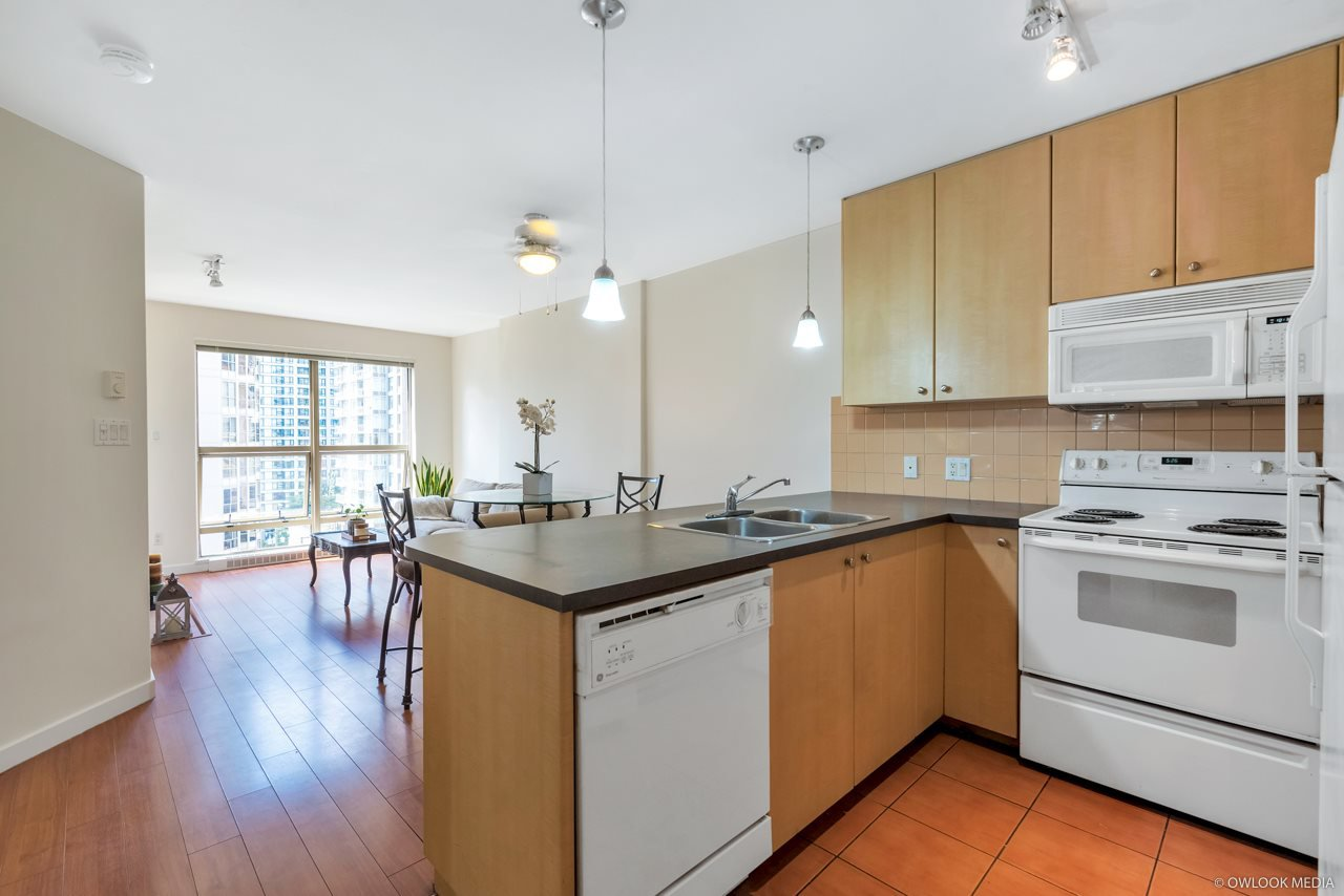 "Main Photo: 806 819 HAMILTON Street in Vancouver: Downtown VW Condo for sale in ""8-1-9 HAMILTON"" (Vancouver West)  : MLS®# R2389079"