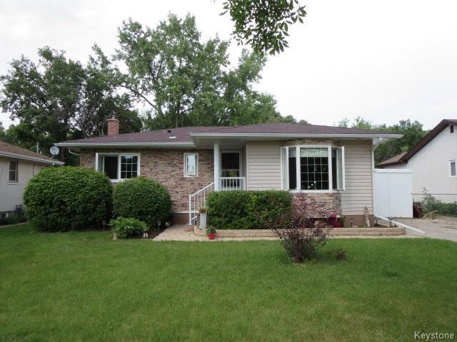 Main Photo: 405 Leighton Avenue in Winnipeg: Single Family Detached for sale (North Kildonan)  : MLS®# 1519396