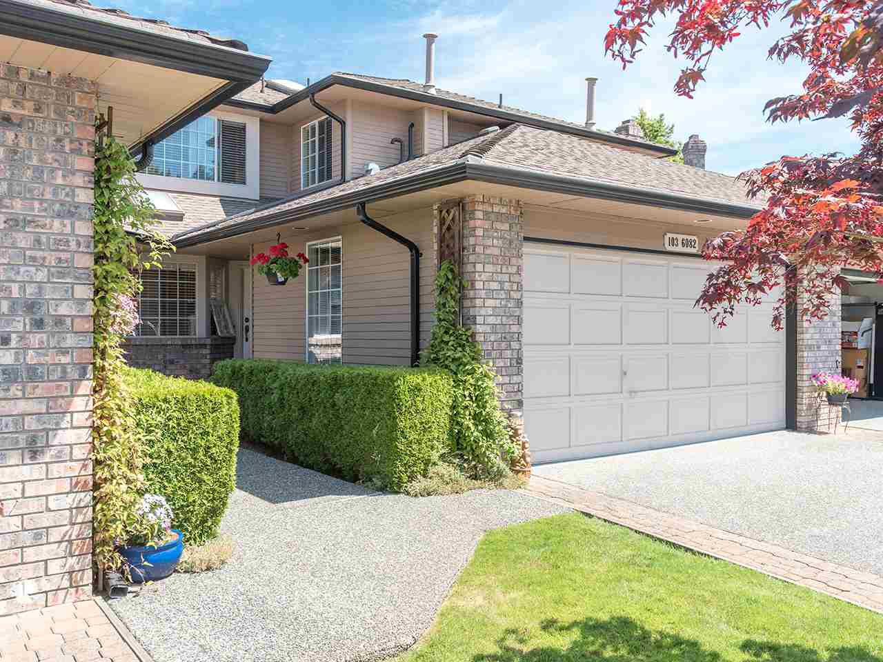 "Main Photo: 103 6082 W BOUNDARY Drive in Surrey: Panorama Ridge Townhouse for sale in ""LAKEWOOD ESTATES"" : MLS®# R2478628"