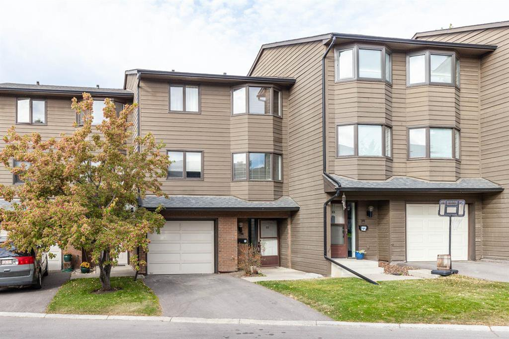 Main Photo: 93 23 GLAMIS Drive SW in Calgary: Glamorgan Row/Townhouse for sale : MLS®# A1036337