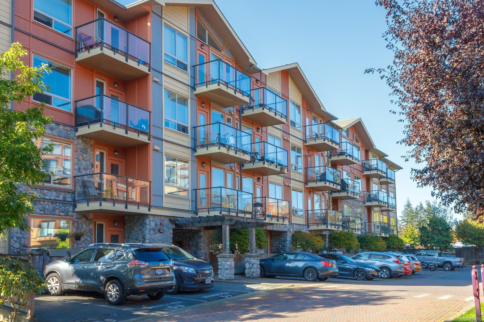 Main Photo: 301 825 Goldstream Ave in : La Goldstream Condo for sale (Langford)  : MLS®# 859092