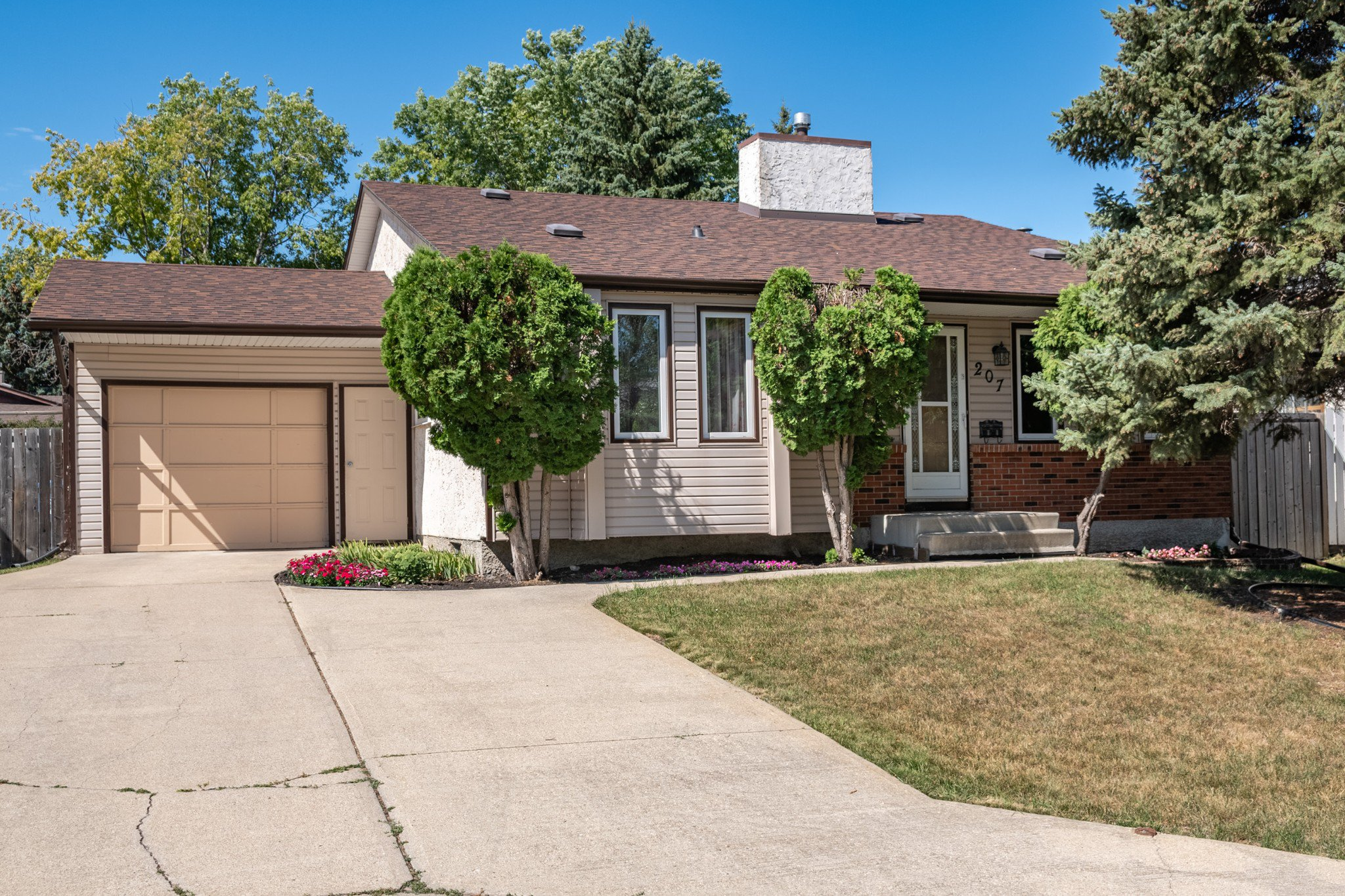 PERFECT FAMILY HOME in a great location in Richmond West. Beautifully maintained 3 bedroom 4-level split home with 14x20 single attached garage, nicely landscaped fenced rear yard with deck & vinyl storage shed.