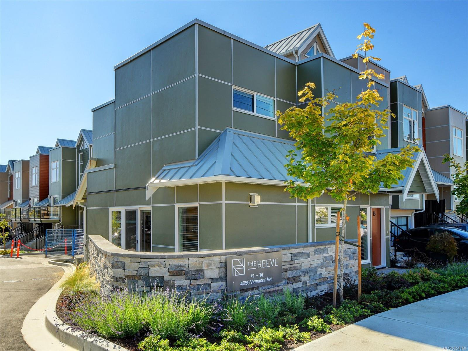Main Photo: 15 4355 Viewmont Ave in : SW Royal Oak Row/Townhouse for sale (Saanich West)  : MLS®# 854768
