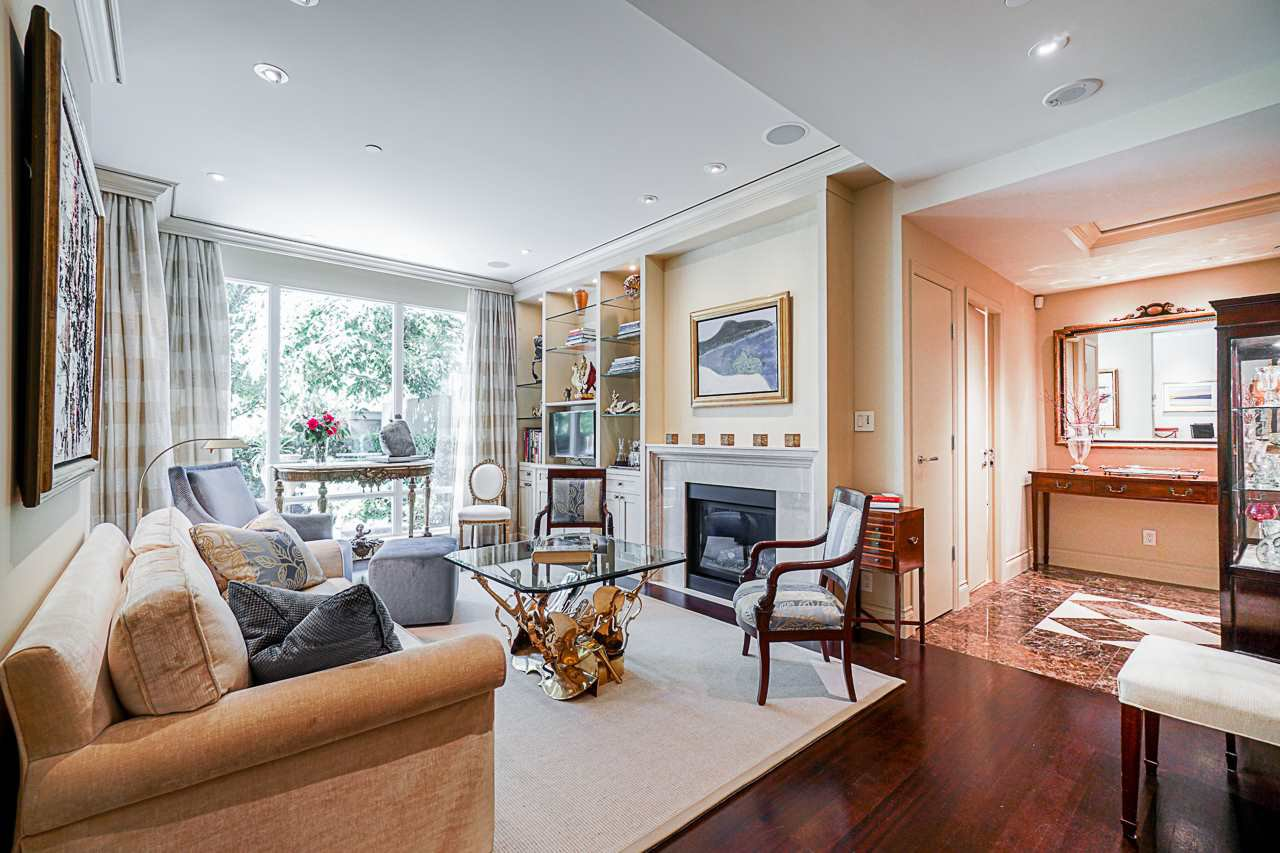 Main Photo: 202 428 BEACH Crescent in Vancouver: Yaletown Townhouse for sale (Vancouver West)  : MLS®# R2476776