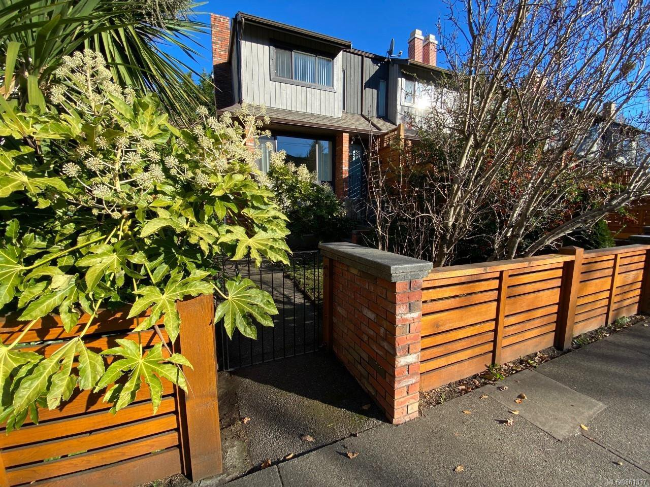Main Photo: 1 290 Superior St in : Vi James Bay Row/Townhouse for sale (Victoria)  : MLS®# 861337