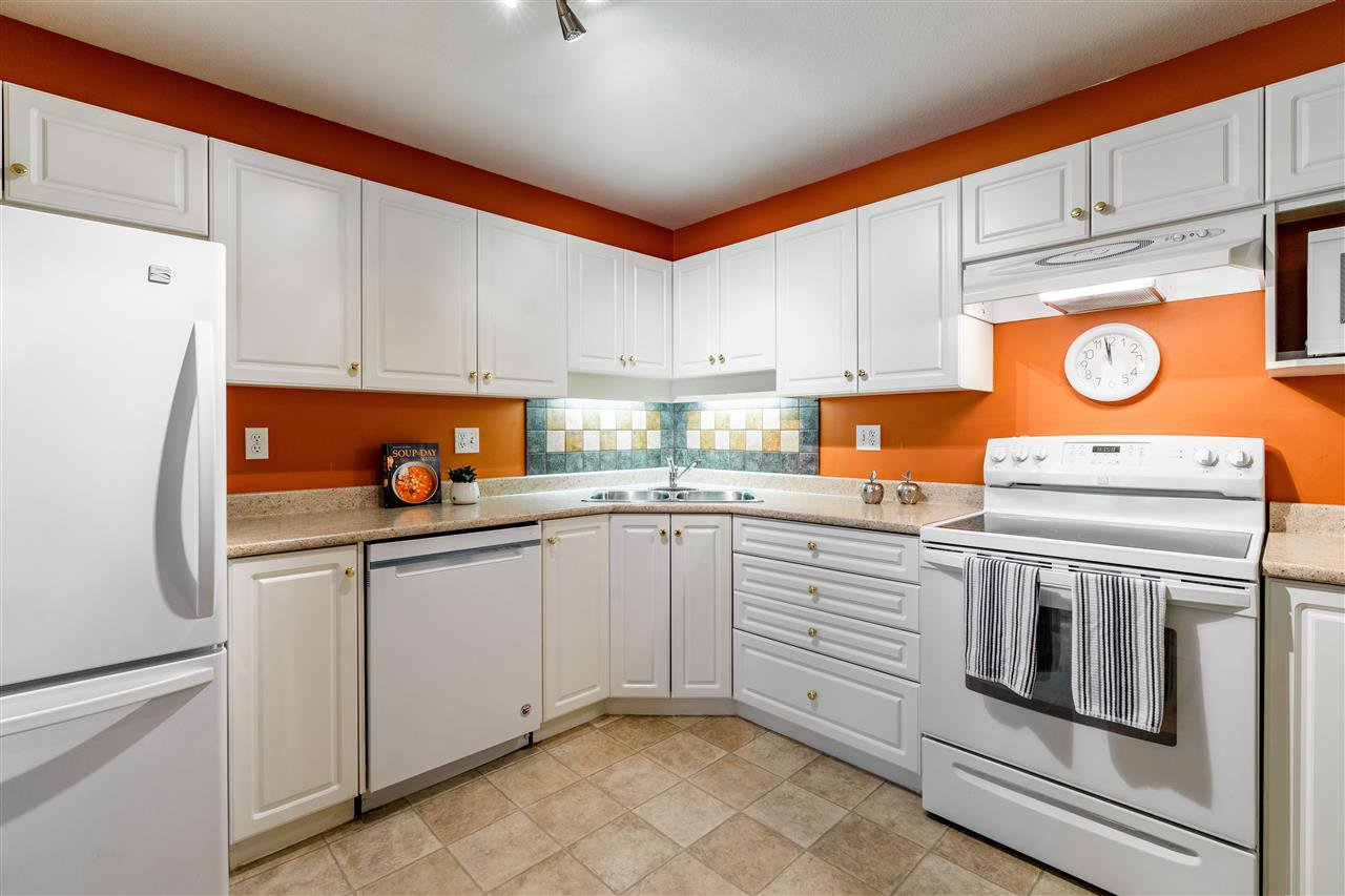 """Main Photo: 307 2435 CENTER Street in Abbotsford: Abbotsford West Condo for sale in """"CEDAR GROVE PLACE"""" : MLS®# R2466692"""