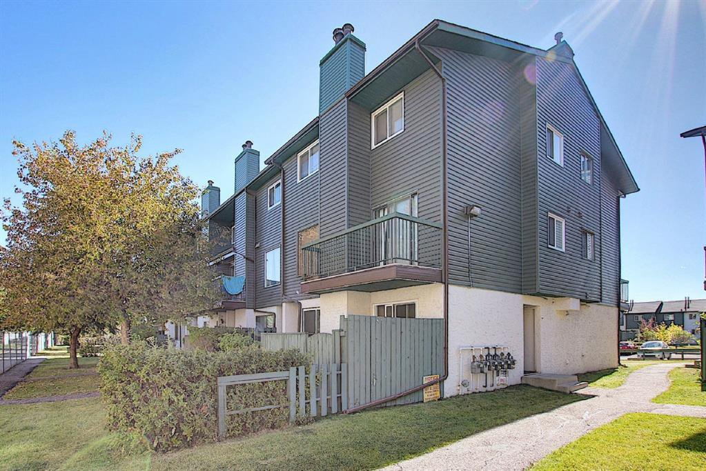Main Photo: 48 2511 38 Street NE in Calgary: Rundle Row/Townhouse for sale : MLS®# A1036999