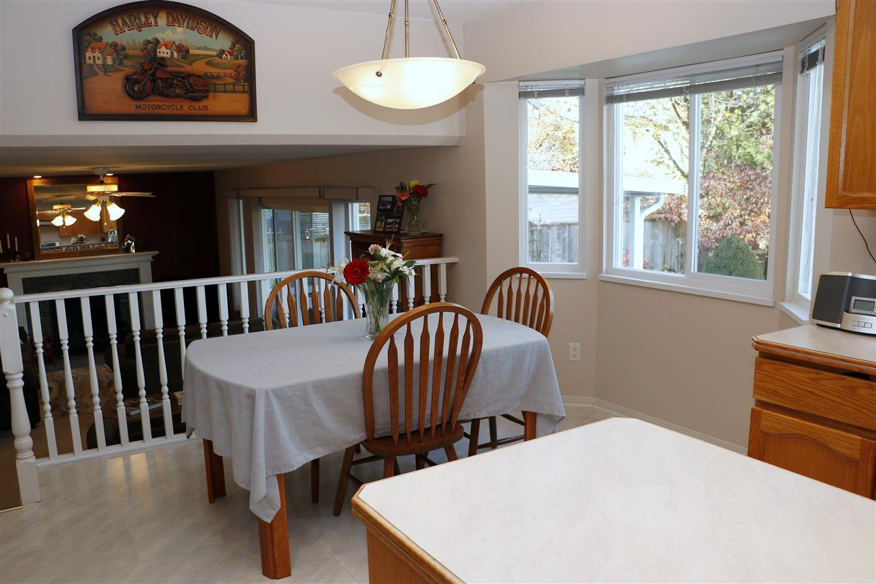 Photo 6: Photos: 19624 SOMERSET Drive in Pitt Meadows: Mid Meadows House for sale : MLS®# R2418234