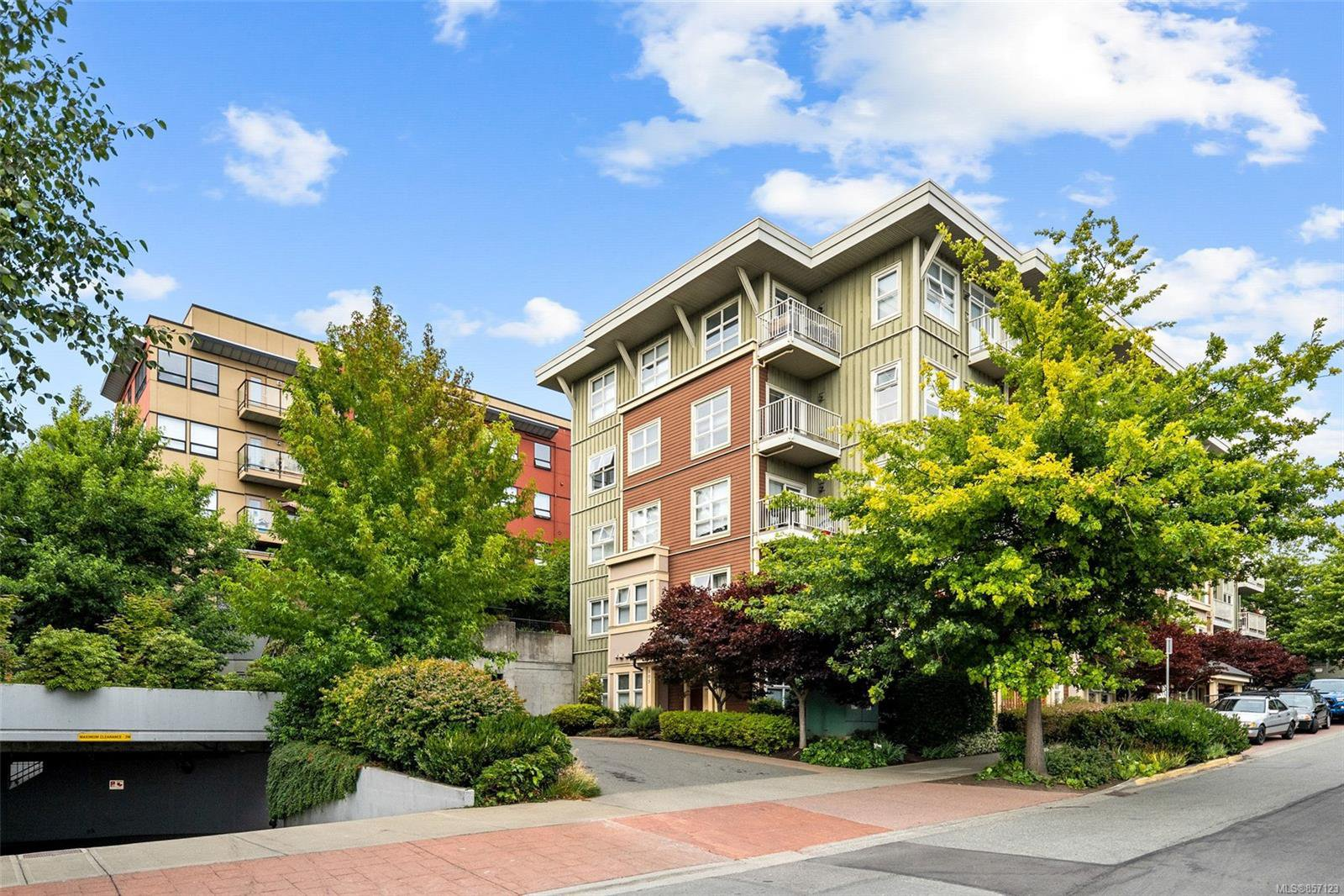 Main Photo: 519 870 Short St in : SE Quadra Condo for sale (Saanich East)  : MLS®# 857123