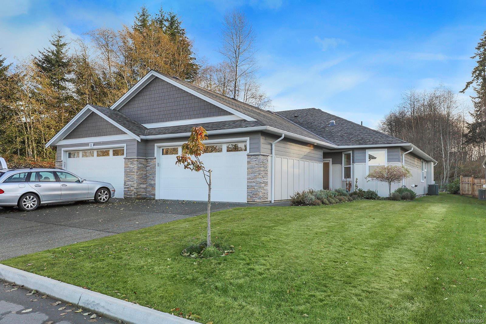 Main Photo: 3 2000 Treelane Rd in : CR Campbell River West Half Duplex for sale (Campbell River)  : MLS®# 860584