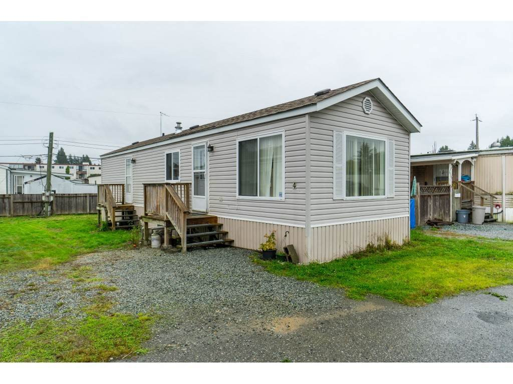 "Main Photo: 4 26892 FRASER Highway in Langley: Aldergrove Langley Manufactured Home for sale in ""Aldergrove Mobile Home Park"" : MLS®# R2409464"