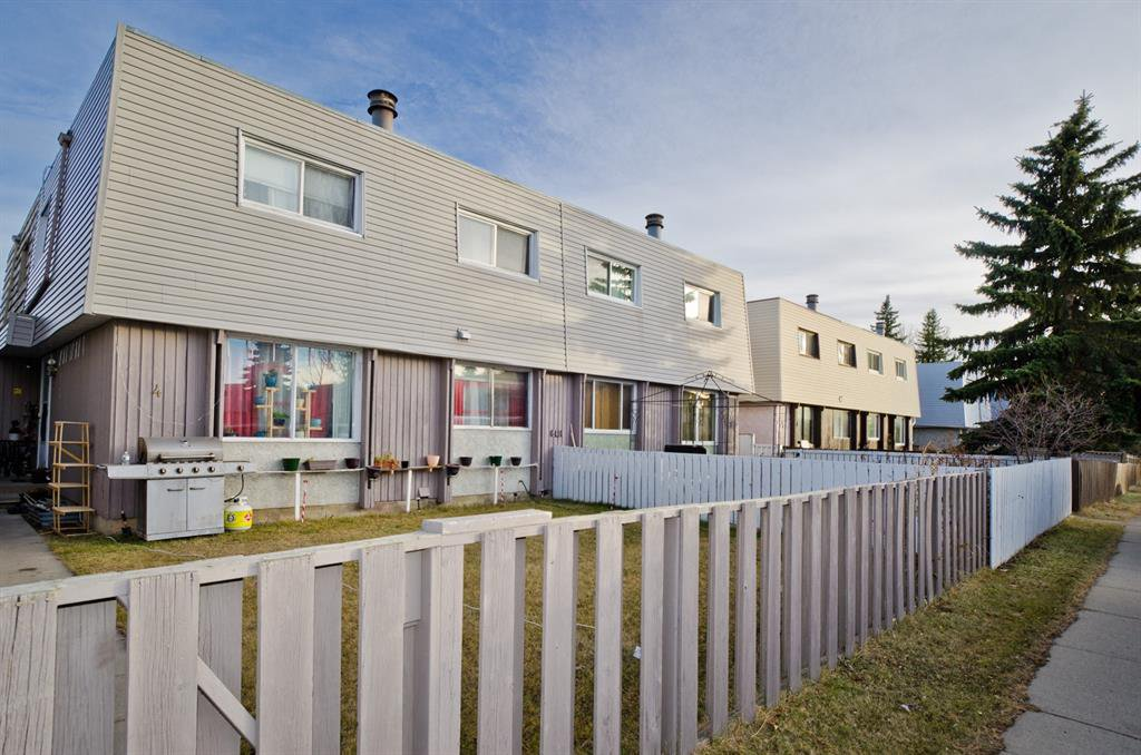 Main Photo: 2 6416 4A Street NE in Calgary: Thorncliffe Row/Townhouse for sale : MLS®# A1053166