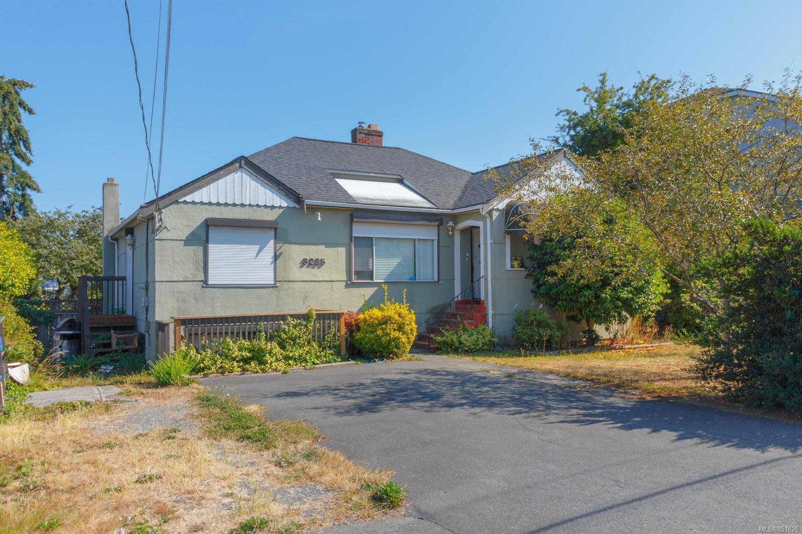 Main Photo: 3235 Harriet Rd in : SW Rudd Park House for sale (Saanich West)  : MLS®# 851626
