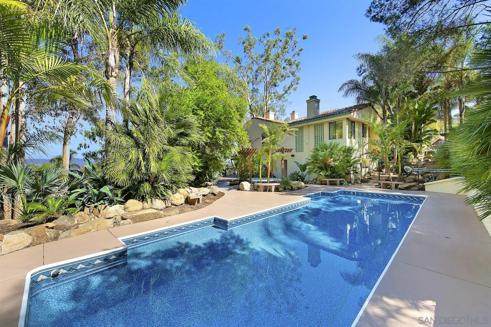 Main Photo: MOUNT HELIX House for sale : 5 bedrooms : 1682 Kimberly Woods Dr in El Cajon