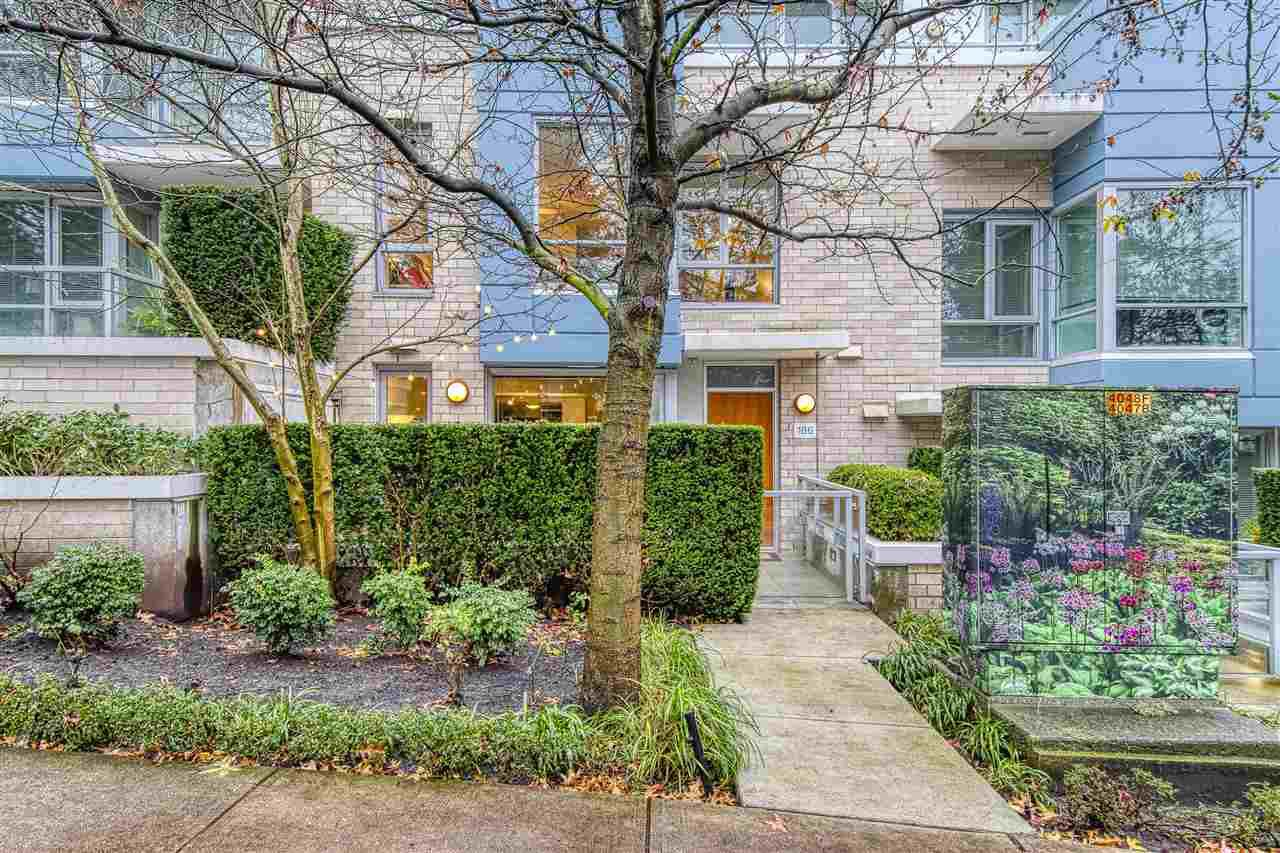 """Main Photo: 186 CHESTERFIELD Avenue in North Vancouver: Lower Lonsdale Townhouse for sale in """"Ventana"""" : MLS®# R2423323"""