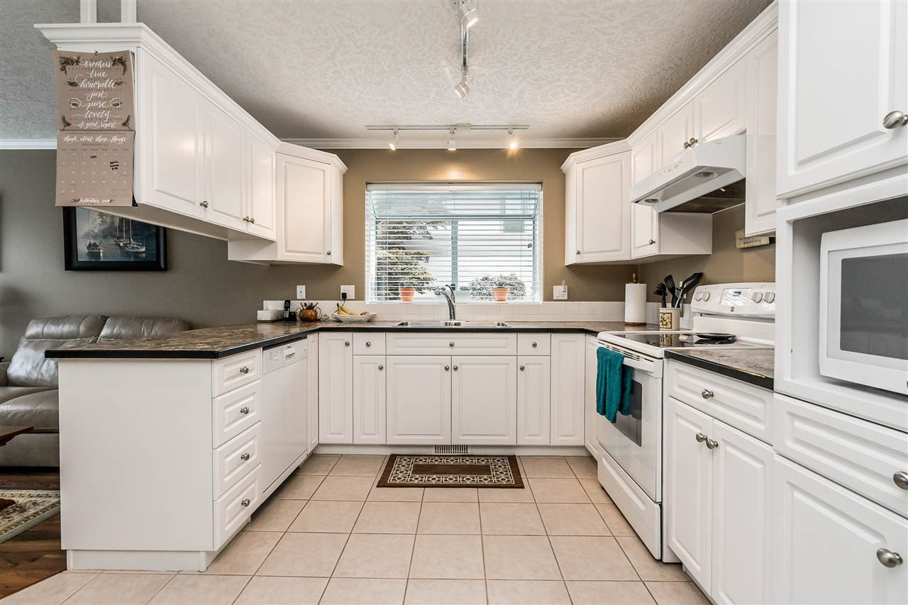 """Photo 10: Photos: 79 4001 OLD CLAYBURN Road in Abbotsford: Abbotsford East Townhouse for sale in """"Cedar Springs"""" : MLS®# R2427532"""