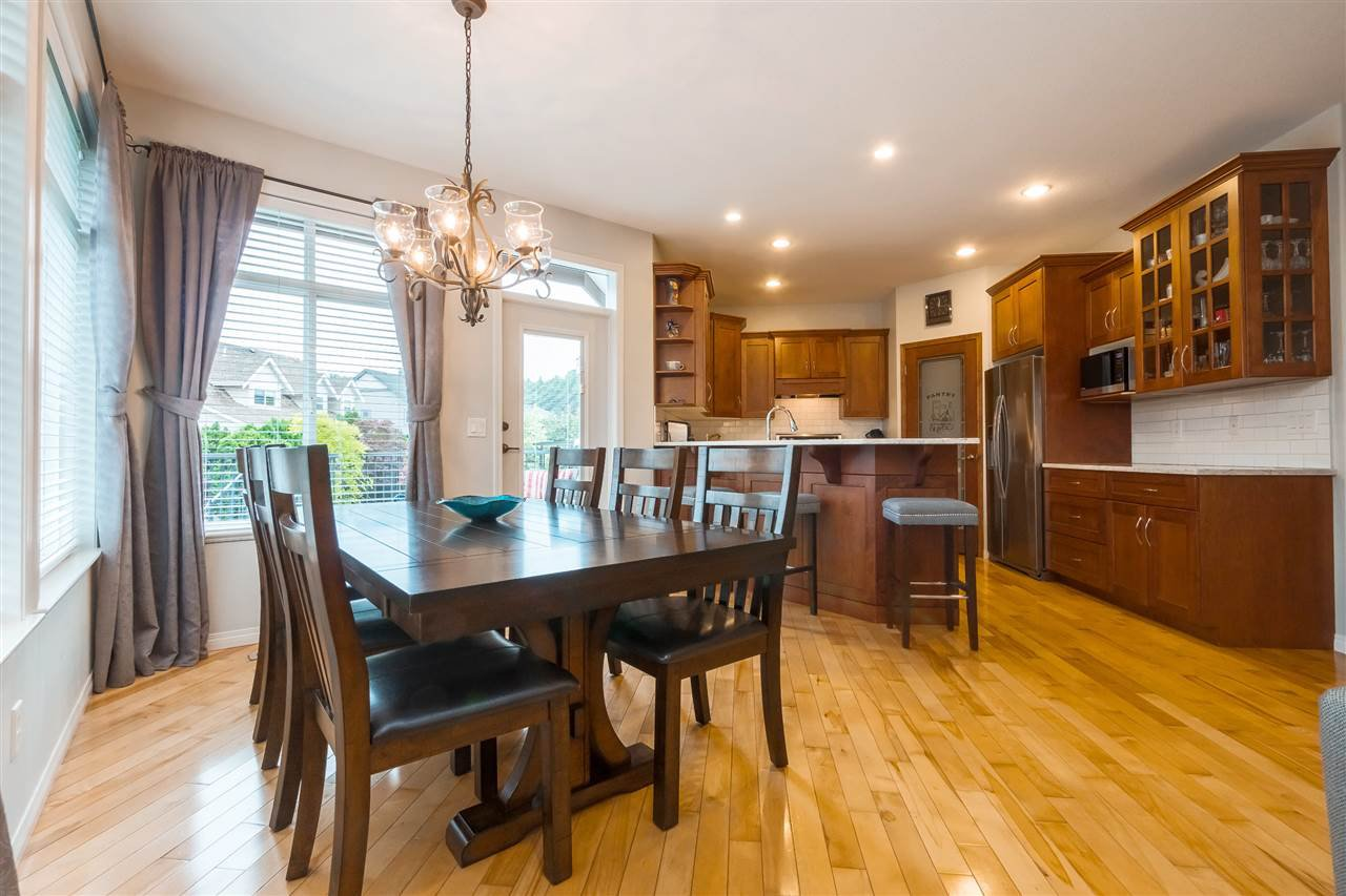 "Photo 5: Photos: 35431 NAKISKA Court in Abbotsford: Abbotsford East House for sale in ""Sandy Hill"" : MLS®# R2387970"
