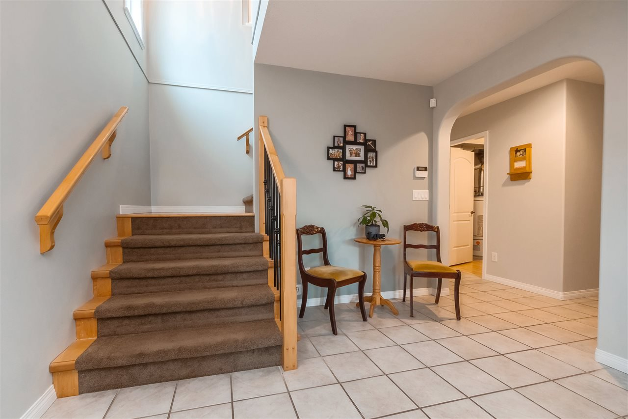 "Photo 2: Photos: 35431 NAKISKA Court in Abbotsford: Abbotsford East House for sale in ""Sandy Hill"" : MLS®# R2387970"