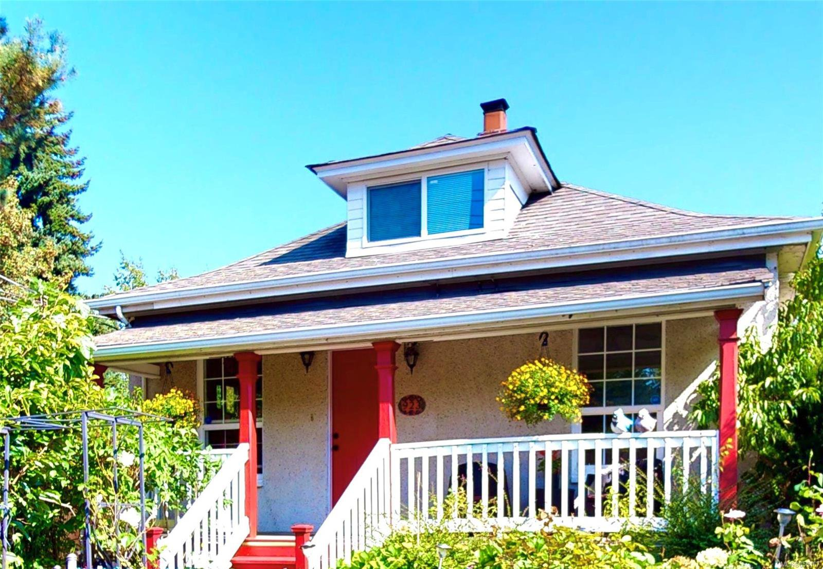 Main Photo: 923 Hereward Rd in : VW Victoria West Single Family Detached for sale (Victoria West)  : MLS®# 855467