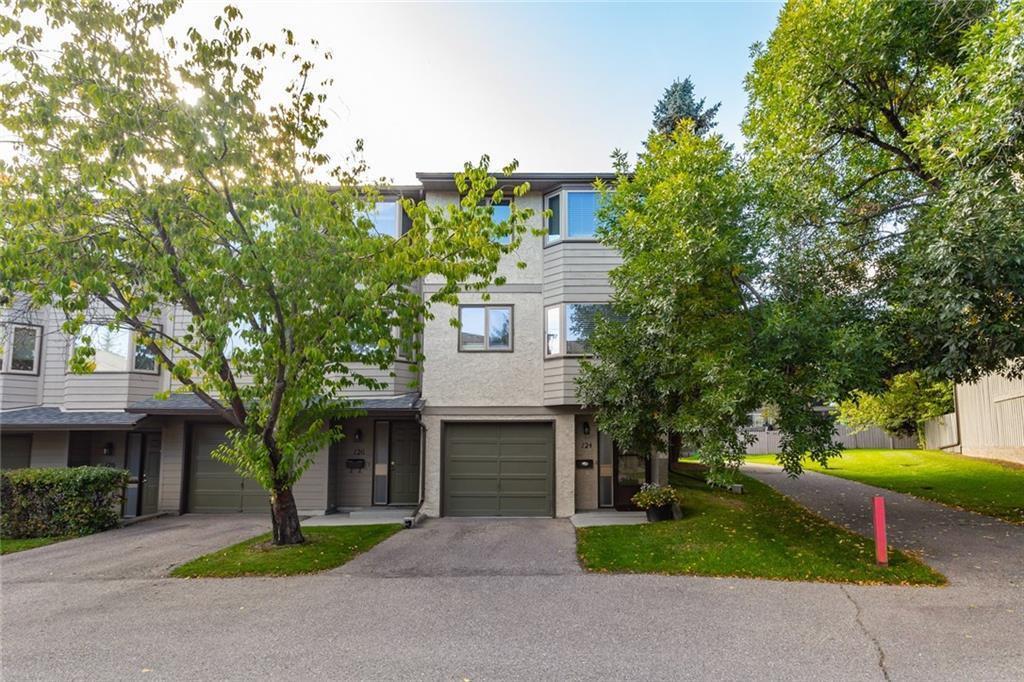 Main Photo: 124 GLAMIS Terrace SW in Calgary: Glamorgan Row/Townhouse for sale : MLS®# C4267866