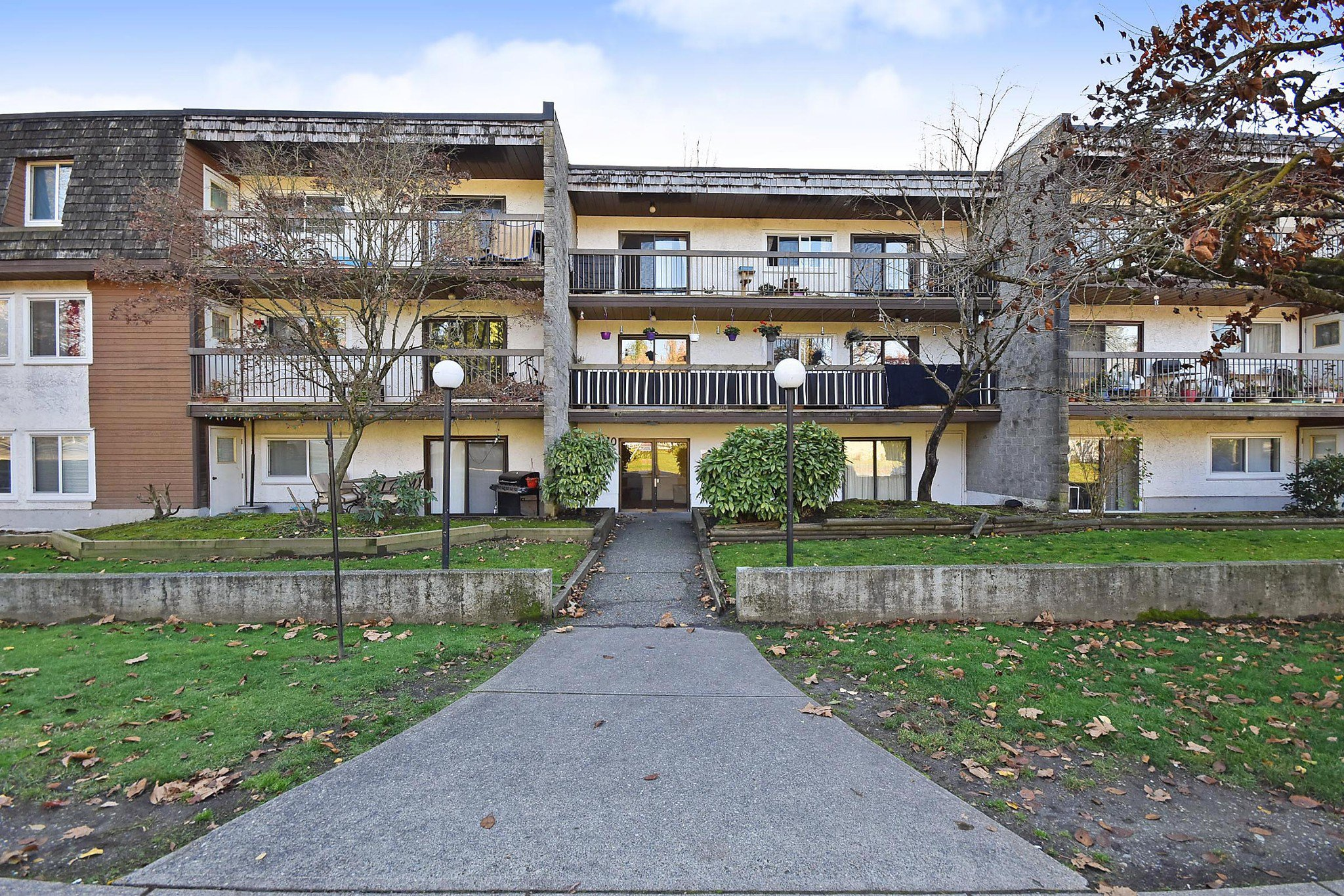 "Main Photo: 311 33870 FERN Street in Abbotsford: Central Abbotsford Condo for sale in ""Fernwood Manor"" : MLS®# R2420512"