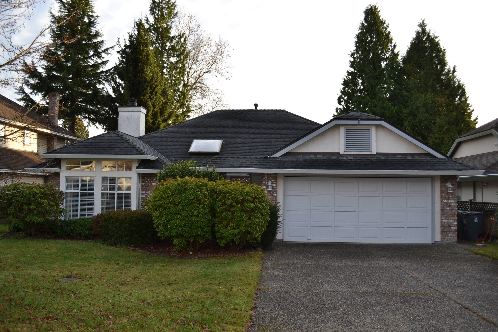 Main Photo: 135xx 14A Avenue in Surrey: Crescent Bch Ocean Pk. House for rent
