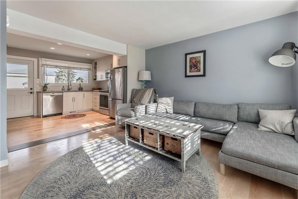 Main Photo: 303 KILLARNEY GLEN Court SW in Calgary: Killarney/Glengarry Row/Townhouse for sale : MLS®# C4261394