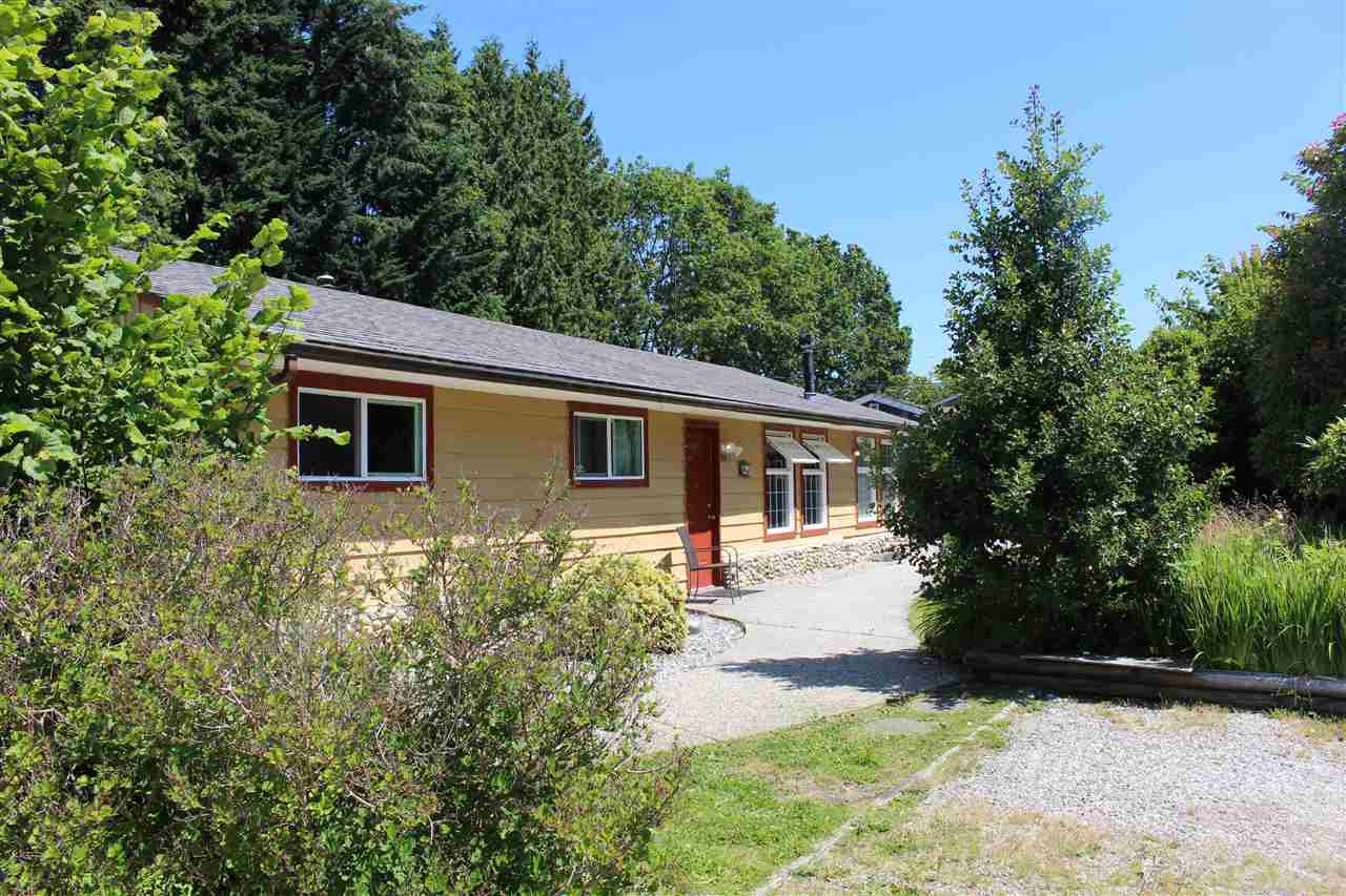 "Main Photo: 914 DAVIS Road in Gibsons: Gibsons & Area House for sale in ""TOWN OF GIBSONS"" (Sunshine Coast)  : MLS®# R2478036"