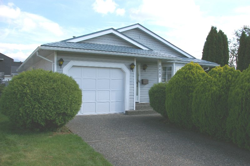 Main Photo: 8650 TILSTON ST in Chilliwack: House for sale : MLS®# H2704373