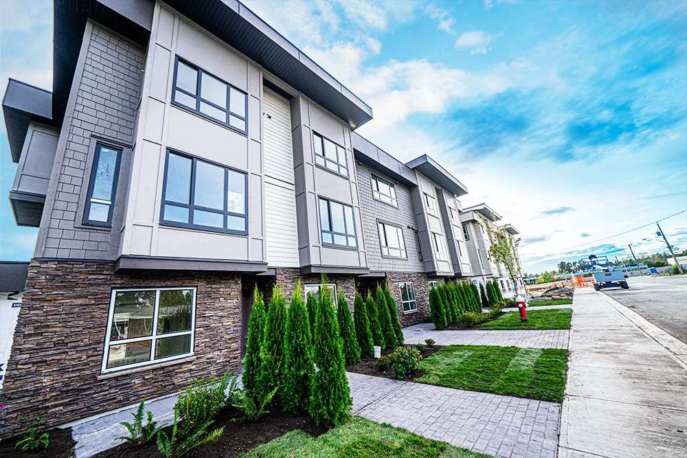 Main Photo: 2 19670 55A Avenue in Langley: Langley City Townhouse for sale : MLS®# R2409382