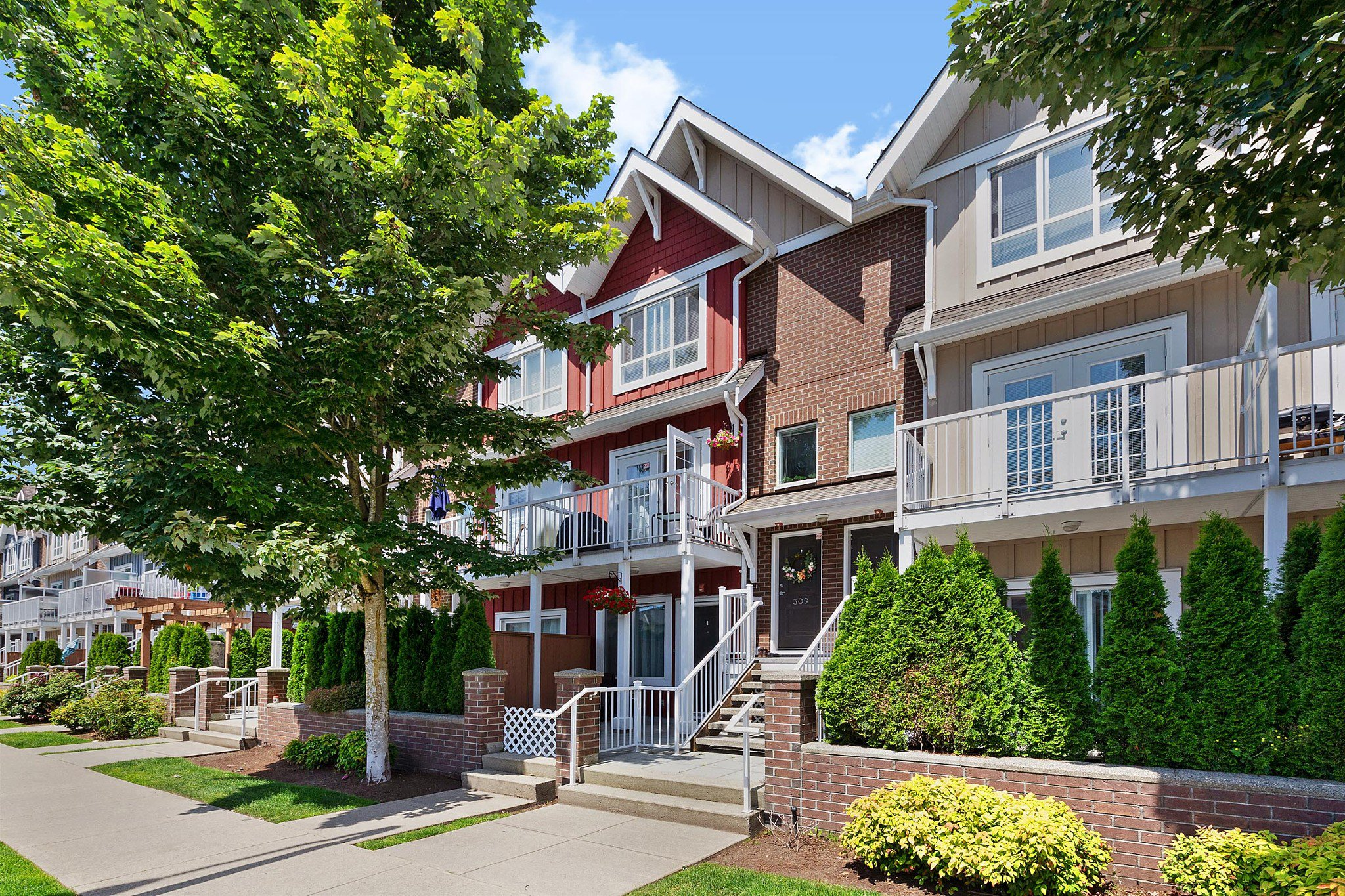 Main Photo: 309 1661 FRASER Avenue in Port Coquitlam: Glenwood PQ Townhouse for sale : MLS®# R2476544