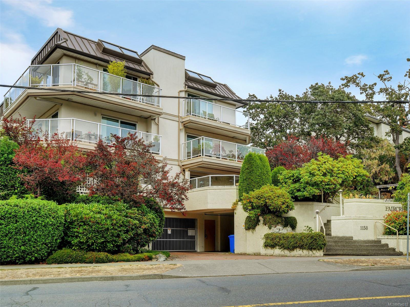 Main Photo: 103 1158 Fairfield Rd in : Vi Fairfield West Condo for sale (Victoria)  : MLS®# 854012