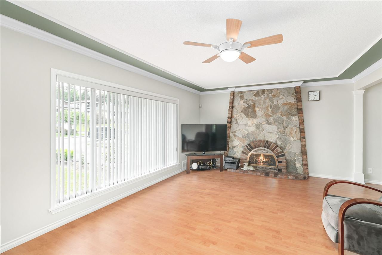 Photo 4: Photos: 4381 WILDWOOD CRESCENT in Burnaby: Garden Village House for sale (Burnaby South)  : MLS®# R2460804