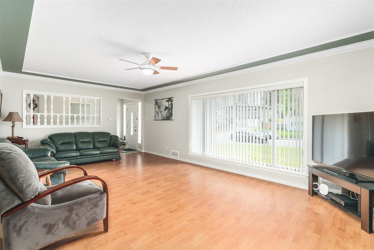 Photo 2: Photos: 4381 WILDWOOD CRESCENT in Burnaby: Garden Village House for sale (Burnaby South)  : MLS®# R2460804