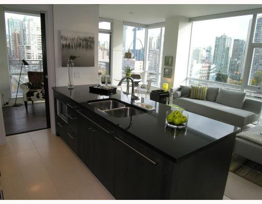 """Main Photo: 1303 1455 HOWE Street in Vancouver: False Creek North Condo for sale in """"POMARIA"""" (Vancouver West)  : MLS®# V672919"""