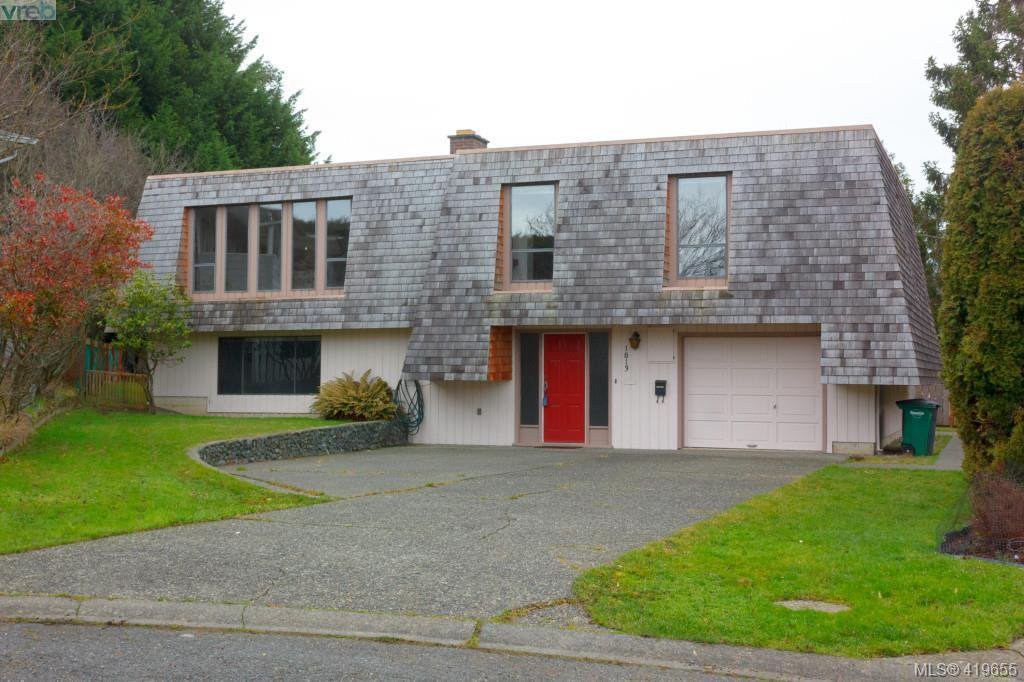 Main Photo: 1813 Rossiter Pl in VICTORIA: SE Lambrick Park House for sale (Saanich East)  : MLS®# 830624